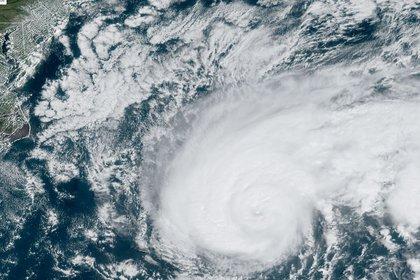 La intensidad de los ciclones(en la foto, la tormenta tropical Humberto que se formódías después del huracán Dorian)es otro factor vinculado a la crisis. (Lizabeth MENZIES/NOAA/RAMMB/AFP)