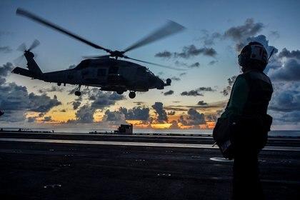 Un helicóptero Sea Hawk despega de una de las naves que navegan por el disputado Mar de China Meridional. U.S. Navy/Codie L. Soule.