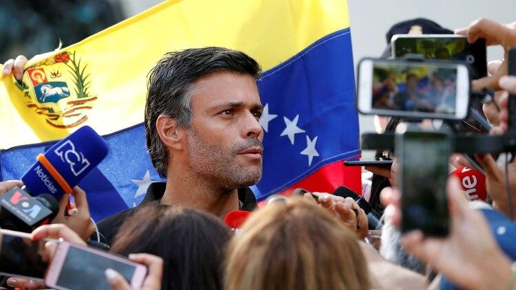 Leopoldo Lopez habló a la prensa este jueves desde la residencia del embajador de España en Caracas (REUTERS/Carlos Garcia Rawlins)