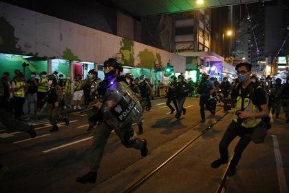 Avance de la policía sobre los manifestantes (Reuters)