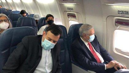 El presidente utilizó cubrebocas durante su viaje a Washington, Estados Unidos, el pasado mes de julio (Foto: Twitter)