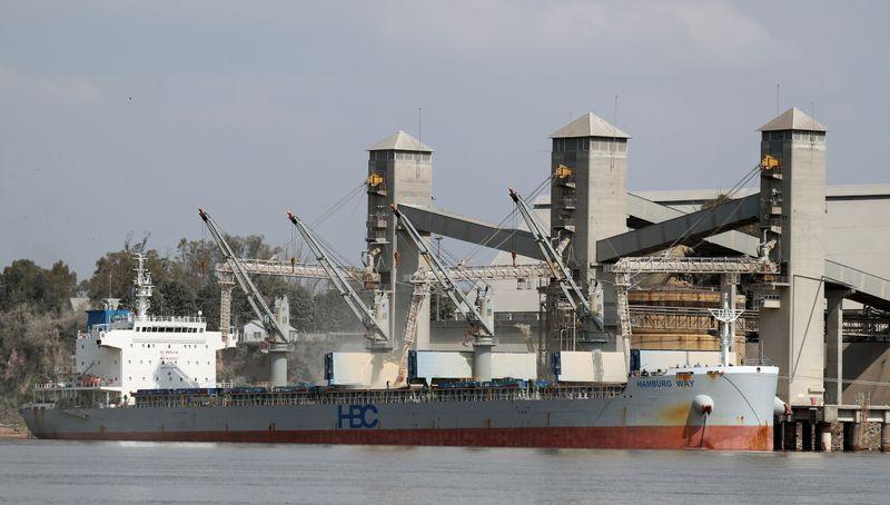 Altri tempi: un barco cargando granos en el puerto de Rosario. . REUTERS/Agustin Marcarian