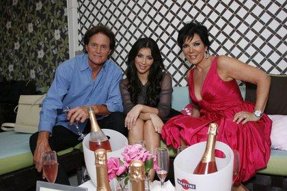 Caitlyn cuando aun era Bruce, junto a Kim Kardashian y su tercera esposa, Kirs (Shutterstock)