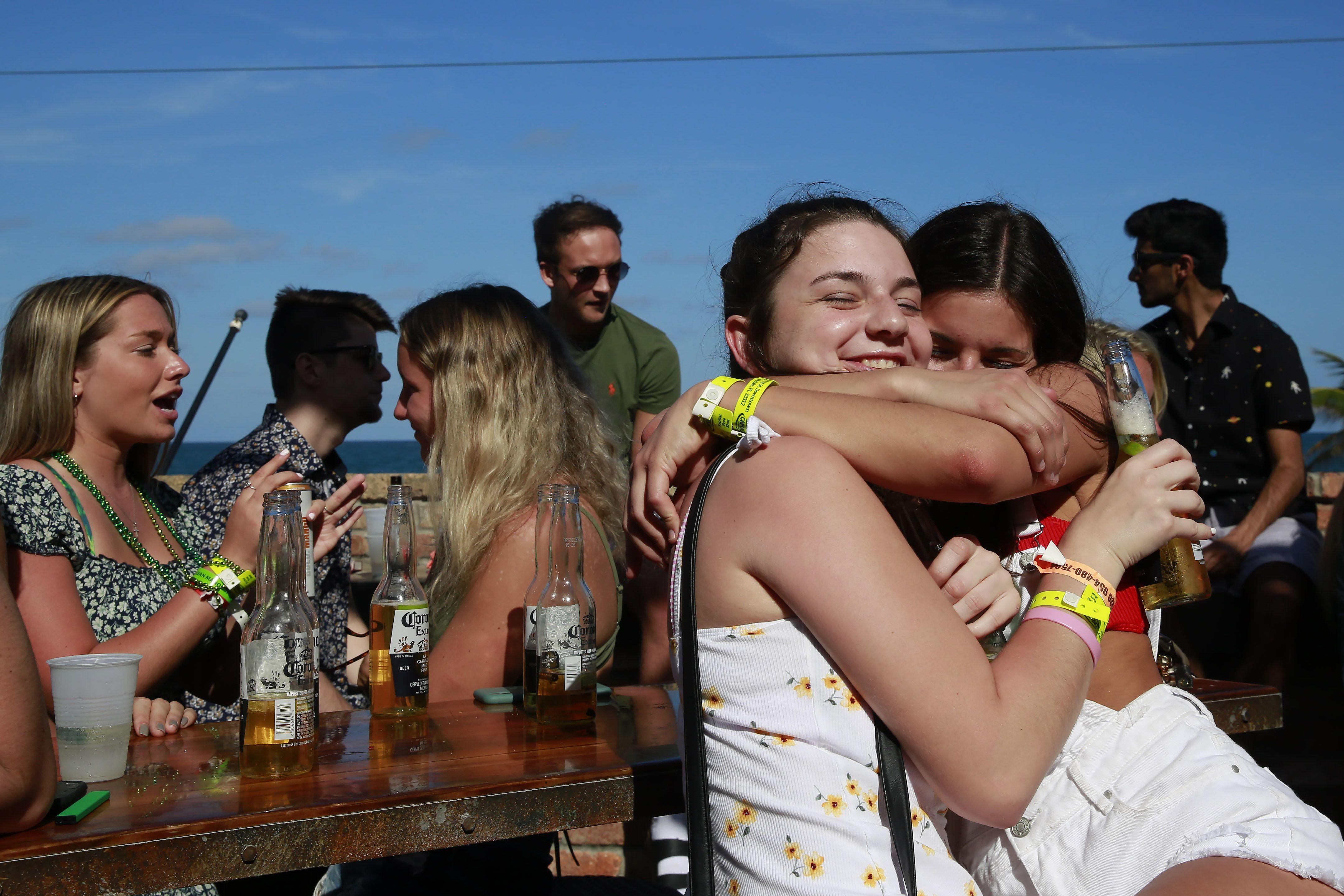 Un grupo de jóvenes de fiesta en Fort Lauderdale, Florida, en medio de la cuarentena (AP/Brynn Anderson)
