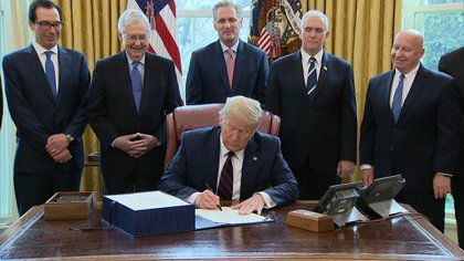El presidente de Estados Unidos, Donald Trump, durante la firma del plan de 2 billones de dólares para contrarrestar la recesión económica ocasionada por la pandemia de coronavirus (Foto: AFP)