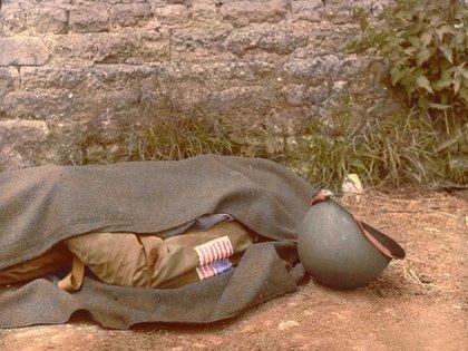 El cuerpo de un paracaidista es cubierto con una manta. Ocurrió el 7 de junio de 1944, un día después del Desembarco en Normandía