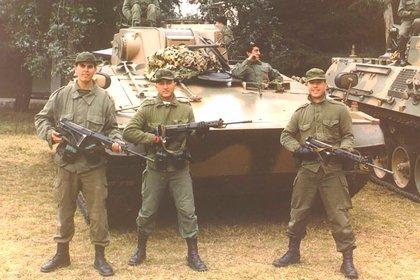 Al centro de la foto, Tadeo Taddía, el primer soldado muerto por el ataque. La foto corresponde a fines de 1988