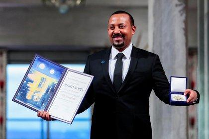 El primer ministro etíope Abiy Ahmed Ali posa con medalla y diploma después de recibir el Premio Nobel de la Paz en Oslo, Noruega, el 10 de diciembre de 2019 (NTB Scanpix/Hakon Mosvold Larsen vía REUTERS)