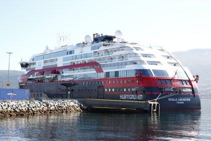 El crucero de Hurtigruten MS Roald Amundsen, que tuvo casos de COVID-19 a bordo, amarrado en Breivika, Noruega.