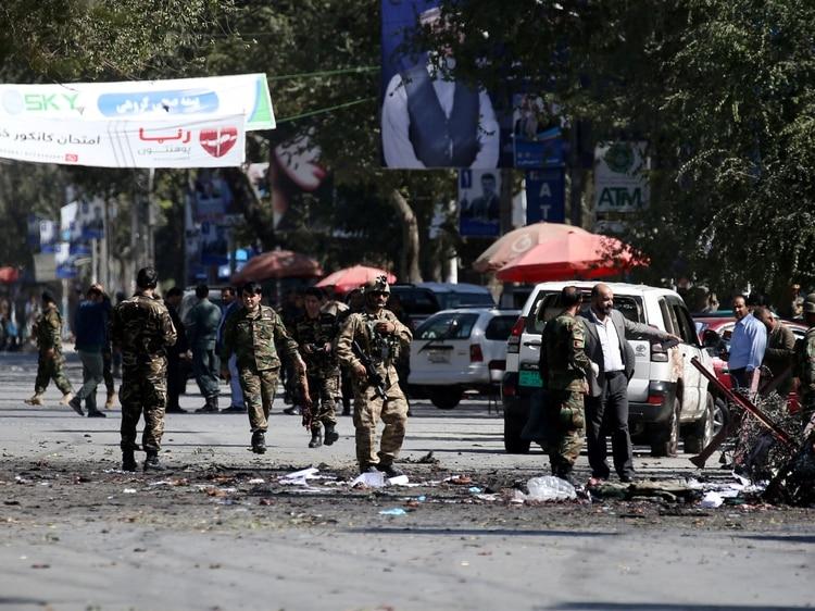 Las fuerzas de seguridad afganas retiran los restos de los cadáveres del lugar de la explosión en Kabul, el 17 de septiembre de 2019 (REUTERS/Omar Sobhani)