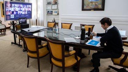 El gobernador bonaerense en una videoconferencia con los intendentes  (Foto: Mariano Sandá)