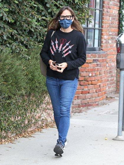 Jennifer Garner caminó por las calles de Brentwood, en Los Ángeles, California. La actriz lució un look casual: jean, zapatillas deportivas un sweater con un especial estampado y lentes de ver. Además, llevó puesto su tapabocas (Fotos: The Grosby Group)