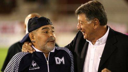 La dernière photo ensemble, lorsque Gimnasia a visité Boca dans la Bombonera et que Brindisi était chargé de remettre une plaque à Maradona.  (Photo Baires)