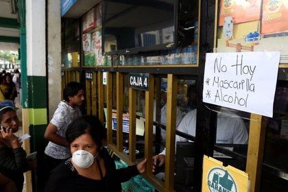 Los ecuatoriano agotaron las mascarillas tras la revelación dle primer caso en su tierra (Reuters)