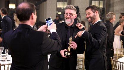 Luis Novaresio se toma una foto con su pareja y su premio (Gustavo Gavotti)