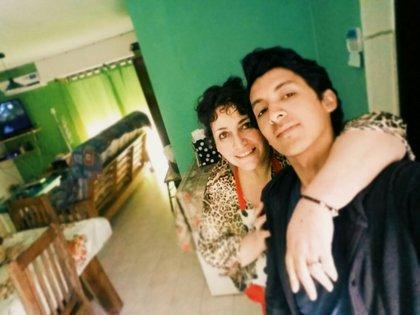 Gonzalo junto a su madre adoptiva Rosana