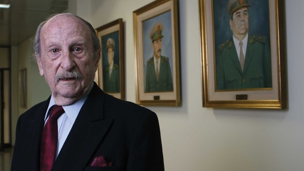 El comandante general retirado Joaquín Matías Urruty posa junto a su retrato en el Edificio Centinela. Foto: Gabriel Palmioli.