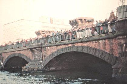 El Oberbaumbrücke, puente que unía los barrios de Friedrichshain y Kreuzberg, históricamente separados por el Muro. La foto fue tomada por Villanueva en noviembre de 1989