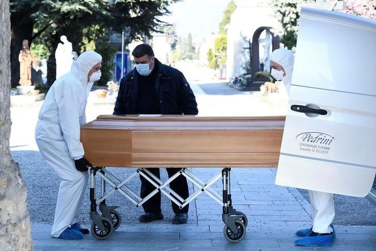 Personal médico transporta un ataúd de una persona muerta por COVID-19 en Bergamo (Reuters/ Flavio Lo Scalzo)