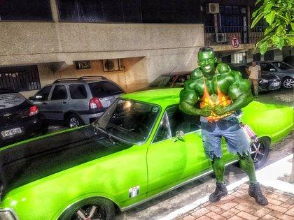 """El """"Hulk"""" brasileño cobra dinero por tomarse fotos junto a él y vende juguetes (Instagram: @romariohulkbrasileirooficial)"""