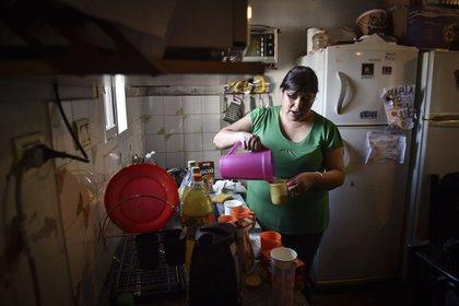 María es empleada doméstica y todos los domingos alimenta a chicos del barrio con plata de su bolsillo (Fotos: Guille Llamos)