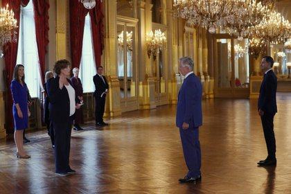 Petra De Sutter juró ante el rey Felipe de Bélgica como primera ministra y ministra de Empresas Públicas y Función Pública en Bruselas. (REUTERS/Yves Herman)