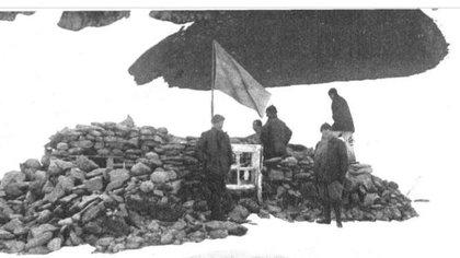 Los restos de la casa hecha por la gente de William Bruce. La foto es de 1933, tomada por Soiza Reilly y publicada en Caras y Caretas