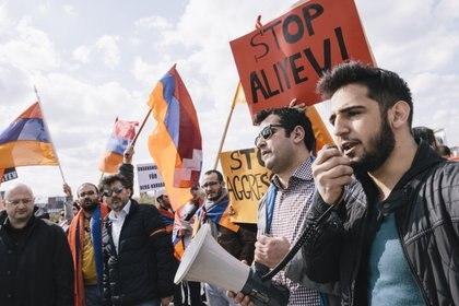 """29/09/2020 Manifestación de la comunidad armenia en Berlín, Alemania, contra las políticas del Gobierno de Azerbaiyán del presidente Ilham Aliyev con respecto a la región fronteriza de Nagorno-Karabaj..  El Gobierno de Armenia ha comunicado este lunes por la noche que el Consejo de Seguridad ha mantenido una reunión de urgencia para valorar y trabajar en un """"contraataque proporcionado"""" contra Azerbaiyán, horas después de que las tensiones entre ambos países acabarán por estallar en la región de Nagorno-Karabaj, donde los muertos se cuentan ya por decenas.  POLITICA AZERBAIYÁN ARMENIA INTERNACIONAL JAN SCHEUNERT / ZUMA PRESS / CONTACTOPHOTO"""