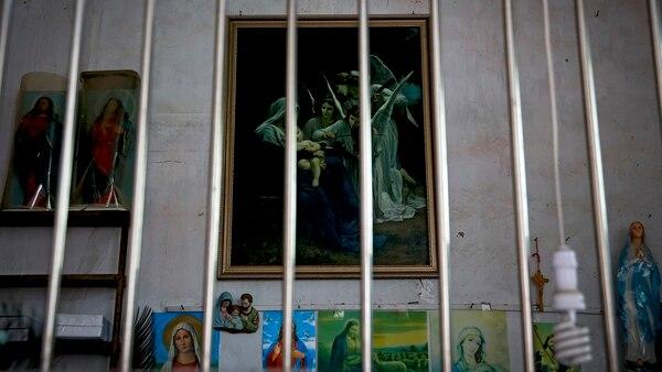 Una pintura religiosa tras las barras, en Jiexi (AP)