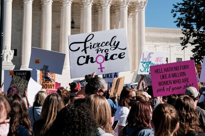 Las mujeres activistas participan en una protesta nacional en marzo contra la decisión del presidente Donald Trump de llenar una vacante en la Corte Suprema antes de las elecciones del 3 de noviembre en Washington. 17 de octubre de 2020. REUTERS / Michael A. McCoy
