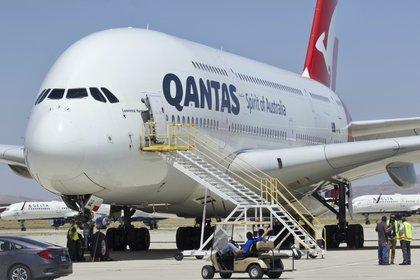 En esta foto de archivo del 6 de julio de 2020, un Airbus A380 de Qantas llega al Aeropuerto de Logística del Sur de California en Victorville, California. (Foto AP / Matt Hartman, archivo)