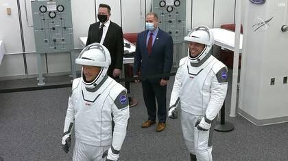 El fundador de SpaceX Elon Musk y el administrador de la NASA Jim Bridenstine posan para una foto con los astronautas de la NASA Douglas Hurley y Robert Behnken antes de que se dirijan a la plataforma de lanzamiento 39A en Cabo Cañaveral, en Florida, Estados Unidos. 27 de mayo de 2020. (Reuters)