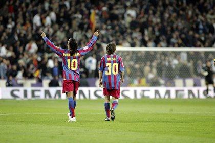 Ronaldinho celebra su gol en Barcelona con la compañía de un joven Lionel Messi