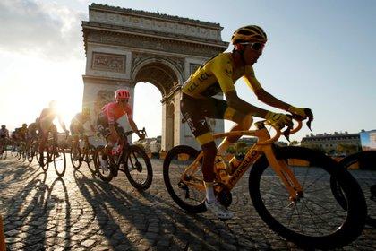 Egan Bernal, en los Campos Elíseos (París), en 2019, cuando se coronó campeón del Tour de Francia. REUTERS/Gonzalo Fuentes