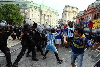 Enfrentamientos durante el velatorio de Diego Maradona