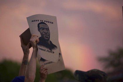 Un manifestante sostiene un cartel con una imagen de George Floyd durante las protestas del miércoles 27 de mayo de 2020 en Minneapolis contra la muerte de Floyd bajo custodia policial de Minneapolis a principios de semana (Christine T. Nguyen/ Minnesota Public Radio vía AP)