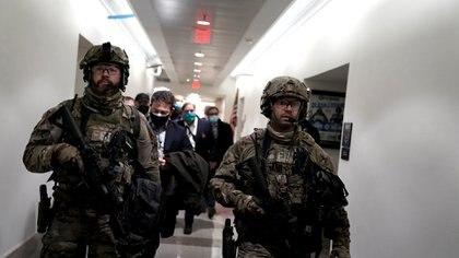 La guardia nacional escolta el escape de legisladores y sus asesores luego de que la manifestación irrumpiera en el edificio.