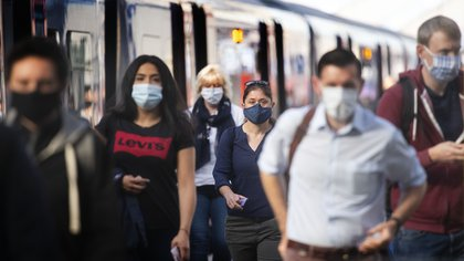 15 June 2020, England, London: Passengers wear face masks at Waterloo station as face coverings become mandatory on public transport in England with the easing of further lockdown restrictions during the coronavirus pandemic. Photo: Victoria Jones/PA Wire/dpa