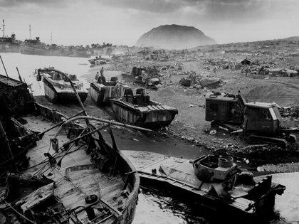Restos de naver norteamericanas en la playa de Iwo Jima, en 1945.  La batalla duró meses y murieron siete mil norteamericanos y unos 20 mil japoneses. (Courtesy U.S. National Archives/U.S. Navy Petty Officer 3rd Class Robert M. Warren/Handout via REUTERS)