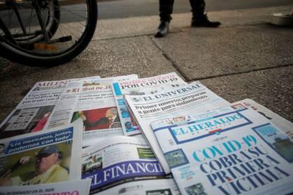 Imagen de las portadas de algunos diarios en México, que informan de la primera muerte por el brote de coronavirus COVID-19 en el país, sobre una acera en Paseo de la Reforma. 19 de marzo de 2020. REUTERS / Gustavo Graf