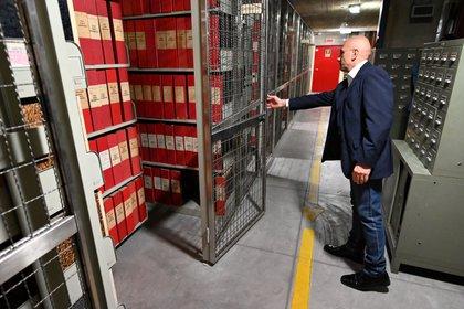 Un asistente abre la sección del archivo dedicada al Papa Pío XII el 27 de febrero de 2020 en el Archivo Secreto Apostólico del Vaticano. (Alberto PIZZOLI / AFP)