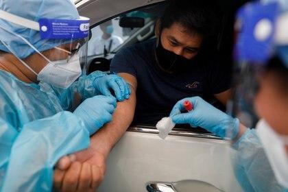 Un test de coronavirus realizado en Manila (REUTERS/Eloisa Lopez/archivo)
