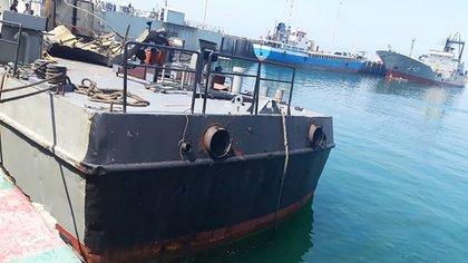En esta foto proporcionada el lunes 11 de mayo de 2020 por el ejército iraní, el buque de apoyo Konarak, que fue golpeado durante un ejercicio de entrenamiento en el Golfo de Omán, está atracado en una base naval no identificada en Irán. Un misil iraní disparado durante un ejercicio de entrenamiento en el Golfo de Omán golpeó un buque de apoyo cerca de su objetivo y mató a 19 marineros e hirió a 15, informaron el lunes los medios estatales de Irán, en medio de tensiones entre Teherán y los EEUU (Ejército iraní a través de AP)