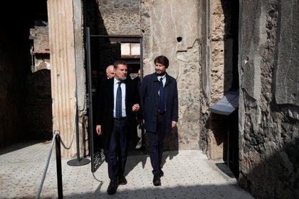 Foto de archivo: Massimo Osanna y el ministro de Cultura italiano Dario Franceschini caminando en una de las tres domus (casas antiguas) restauradas en el sitio arqueológico de Pompeya, Italia, el 18 de febrero de 2020. REUTERS/Ciro De Luca