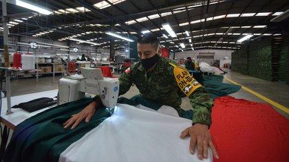 La producción de banderas se realiza todos los días del año, de hecho, la Secretaría de la Defensa Nacional tiene previsto elaborar mil 142 banderas en este 2020. (Foto: Reuters)