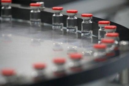 IMAGEN DE ARCHIVO. Un alínea de frascos se ve durante la producción de la vacuna contra el COVID-19 Gam-COVID-Vac, también conocida como Sputnik-V, en San Petersburgo, Rusia. Diciembre 4, 2020. REUTERS/Anton Vaganov