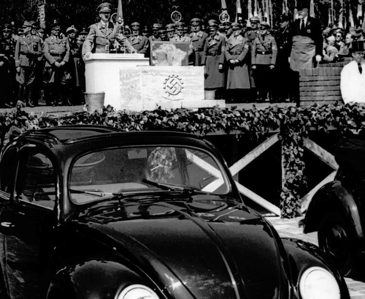 Hitler da un discurso en la inauguración de una fábrica en Fallersleben (AP)