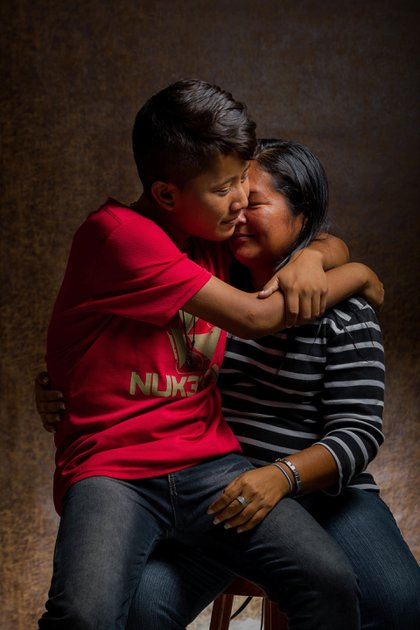 Norilsa Aparicio posa con su hijo Oscar, de 16 años, quien tiene la condición de Beta-Talasemia mayor, el pasado 20 de mayo de 2019, en Caracas (EFE/ Miguel Gutiérrez)
