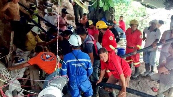 Colombia: hay 15 obreros atrapados en una mina por una inundación en el centro del país