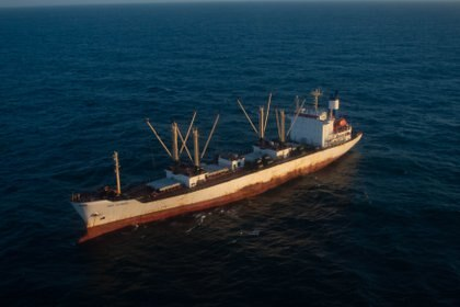 """El buque """"Frío Olympic"""" es sobrevolado por el avión naval a pedido de la corbeta ARA """"Spiro"""" para confirmar sus datos básicos.  Bandera, Nombre, y matrícula"""